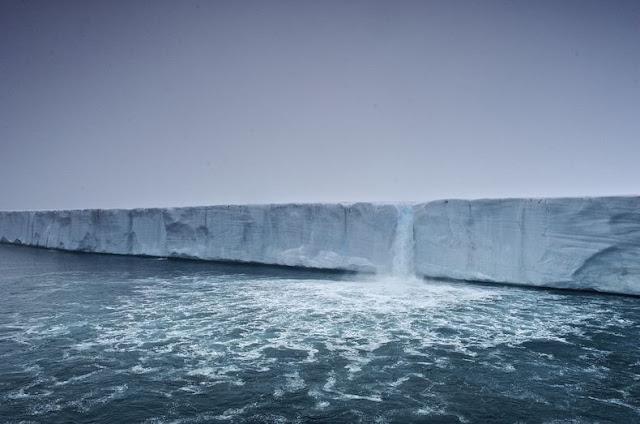 الشلالات الجليدية في سفالبارد في النرويج glacier-waterfalls-8